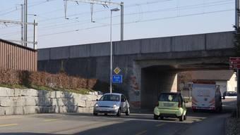 Ob hier, vor der Unterführung in Gipf-Oberfrick, dereinst auf einer neuen Erschliessungsstrasse nach links zum Bahnhof Frick abgebogen werden kann, ist noch offen. – Foto: chr
