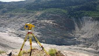 Während der letzten zehn Jahre haben sich am Fuss der Moosfluh immer grössere Felsabbrüche ereignet. Das fehlende Gletschereis hat den Hangfuss und damit den ganzen Hang destabilisiert.