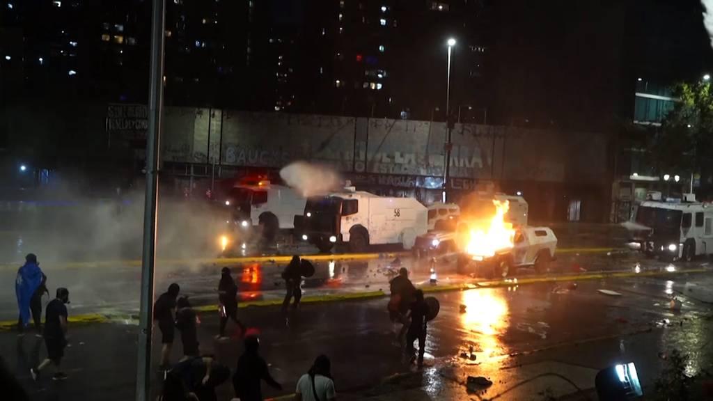 Barrikaden, Feuerwerk und Wasserwerfer: Heftige Anti-Regierungsproteste in Chile