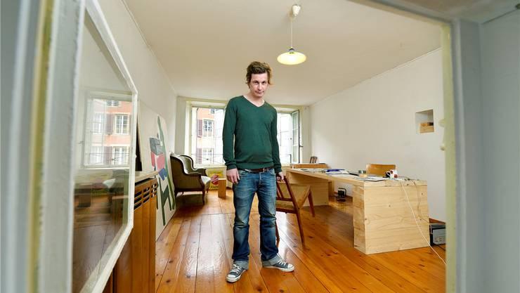 Der Bündner Schriftsteller Arno Camenisch mag es, wenn ihm in seiner Bieler Wohnung der Wind um die Ohren pfeift.Peter Mosimann