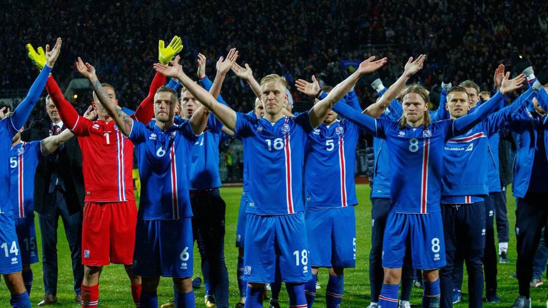 Island Fahrt An Die Wm In Russland Islands Fussballer Und Ihre Fans Inszenieren Den Beruhmten Vikingaklappid