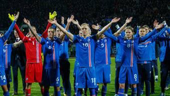 Island fährt an die WM in Russland! Islands Fussballer und ihre Fans inszenieren den berühmten Víkingaklappið.