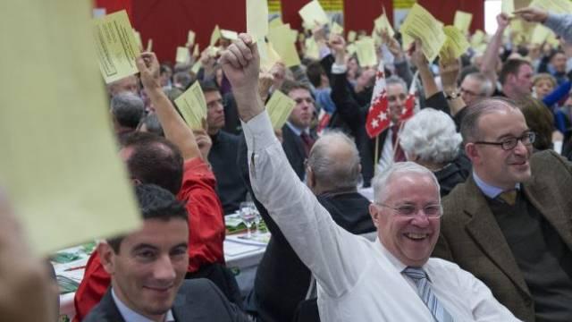 Einigkeit bei der Parole zum Familienartikel: SVP-Delegierte gestern Samstag in der Badmintonhalle in Balsthal. Foto: Georgios Kefalas - Keystone