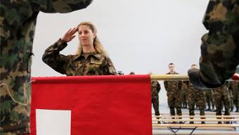 Auch Frauen treten der Armee bei, bisher jedoch auf freiwilliger Basis.