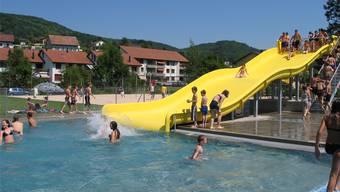 Die gelbe Wasserrutsche ist seit der Sanierung 2005 das Markenzeichen des Freiluftbads.
