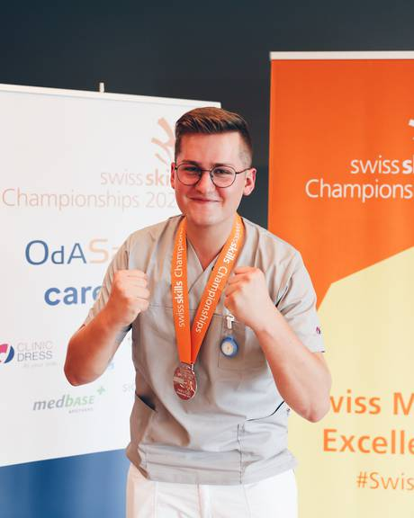 Pflegefachmann Kilian Schmid mit seiner Silbermedaille