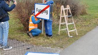 """ABD0083_20201202 - FUCKING - ÖSTERREICH: Arbeiter beim Wechsel des Ortsschildes des Ortes """"Fucking"""" in Oberösterreich auf das Schild mit dem neuen Ortsnamen """"Fugging"""" am Mittwoch, 2. November 2020. - FOTO: APA/MANFRED FESL - 20201201_PD10931"""
