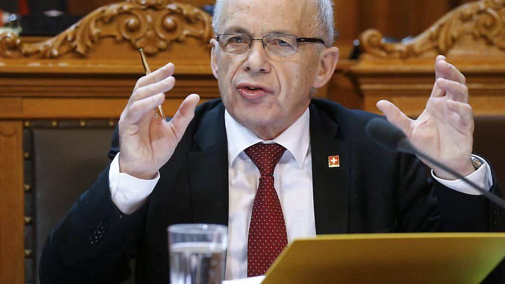 Der Anlegerschutz wird aus Sicht von Finanzminister Ueli Maurer verbessert, obwohl der Ständerat weniger strenge Regeln will als der Bundesrat.