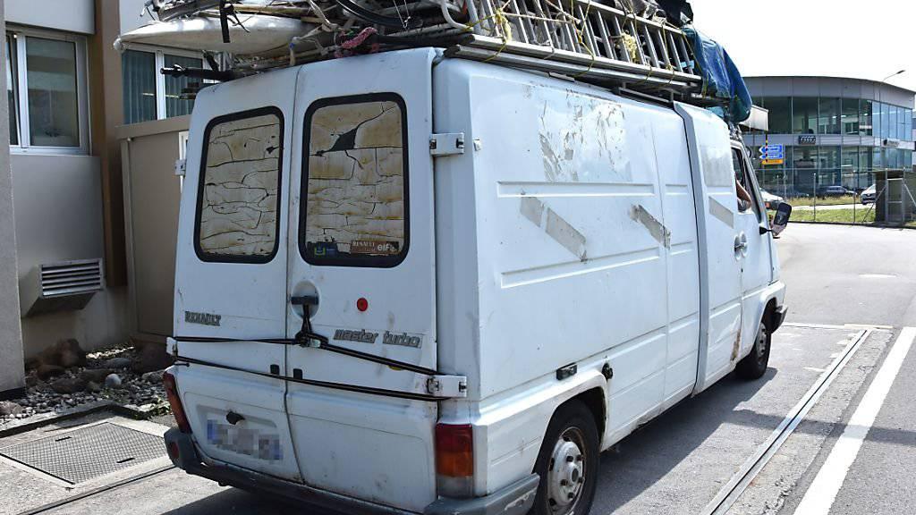 Dieser Lieferwagen aus Frankreich war rund 30 Prozent zu schwer. Die Kantonspolizei Nidwalden hat ihn deswegen aus dem Verkehr gezogen.