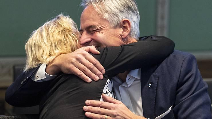 Der neu gewählte Zuger Ständerat Matthias Michel (FDP) wird von seiner Frau Christina umarmt.