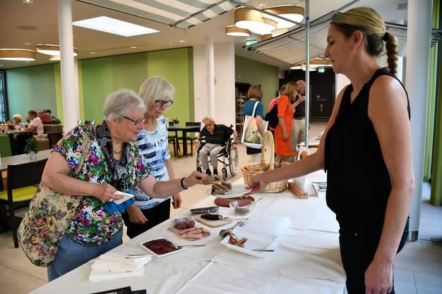 Im neuen Quartierlädeli im Pflegezentrum Süssbach werden frische, regionale Produkte angeboten.Am Eröffnungstag konnten die Besucherinnen und Besucher die neuen Produkte degustieren.