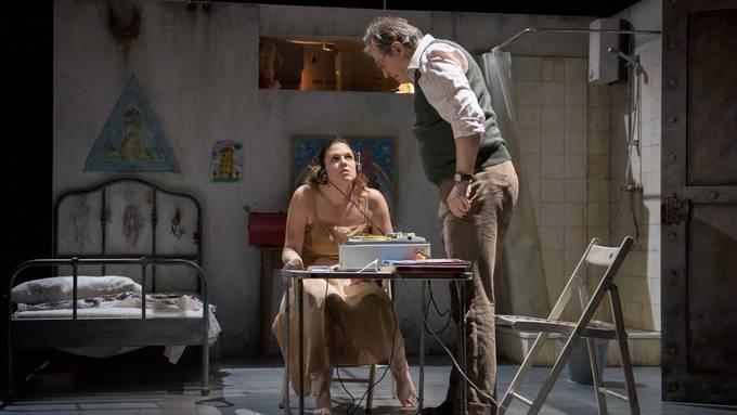 Katerina Hebelkova als Judith und Mischa Schelomianski als Blaubart in der Neuinszenierung von «Herzog Blaubarts Burg».