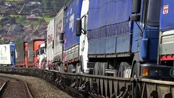 """Ein Güterzug der """"rollenden Landstrasse"""" auf der Simplonstrecke"""