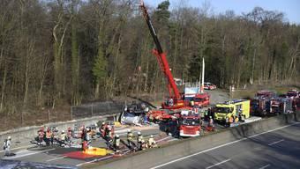 Version 3: Unfall auf der Autobahn A2 bei Muttenz – Methanol-Lastwagen überschlägt sich