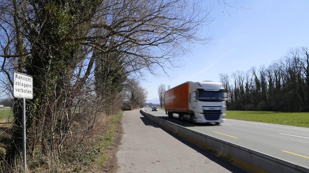 Der Parkplatz ist beliebt für Lastwagenchauffeure und Planespotter.