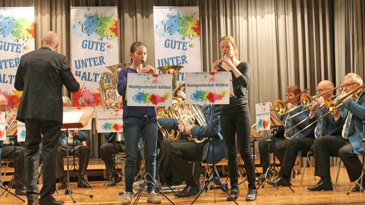 Annamaria Gamp (links) und Anne Köhn zusammen mit der Musikgesellschaft Kölliken: «Die beiden kleinen Finken», Marsch-Polka Solo für zwei Flöten und Blasorchester