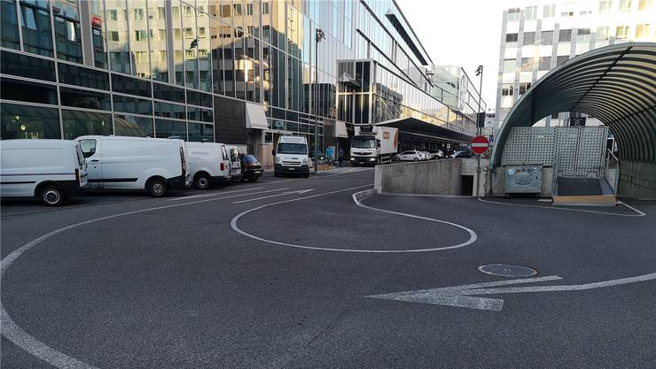 Ein Fall für Autofahrer mit Formel-1-Kenntnissen: Der Radius der Ausfahrt des Bahnhof-Parkings (links neben Einbahn-Signal) ist kaum beim ersten Mal zu schaffen.uhg