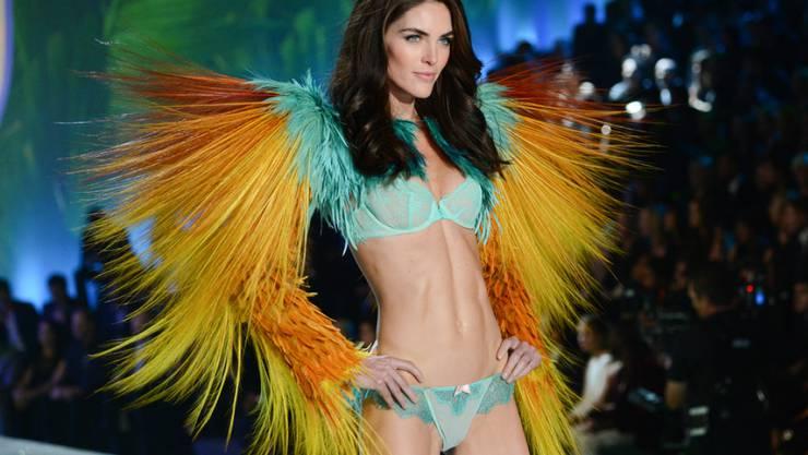 """Hilary Rhoda - hier auf der """"Victoria's Secret Fashion Show"""" - hat als Unterwäsche-Model gut verdient. Aber ihre Mutter soll sich kräftig in der Portokasse bedient haben (Archiv)."""