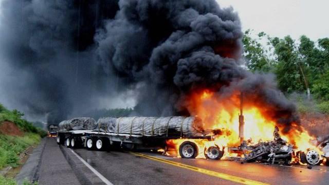 Ein von Drogenbanden in Brand gesetzter Lastwagen