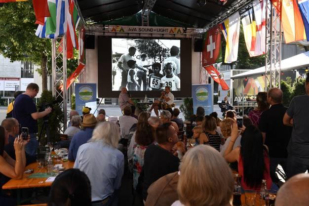Als erstes wurde ein Film des Schweizer Fernsehens SRF gezeigt, in dem die verschiedenen Stationen des Goalies bis zum Meistertitel zusammengefasst waren.