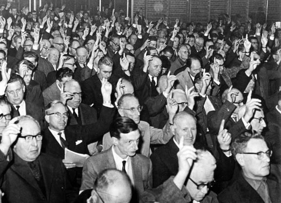 Die letzte Gemeindeversammlung fand in der Doppelturnhalle der Bezirksschule im Dezember 1965 statt. («Wettingen Dorf-Kloster-Stadt»)