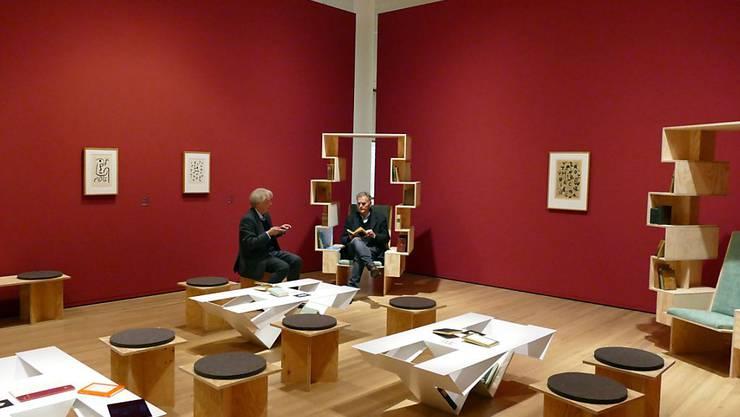 Eine Leselounge mit Klees Büchern bildet das Zentrum der Ausstellung.