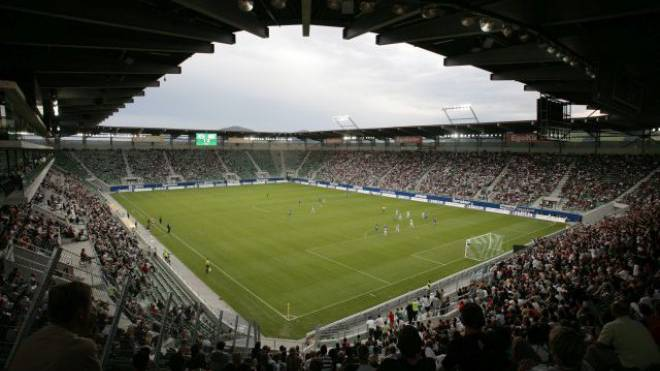 Spiele der Super League wie hier in St. Gallen sind nur selten ausverkauft: Flüchtlinge könnten die Plätze besetzen. Foto: Key