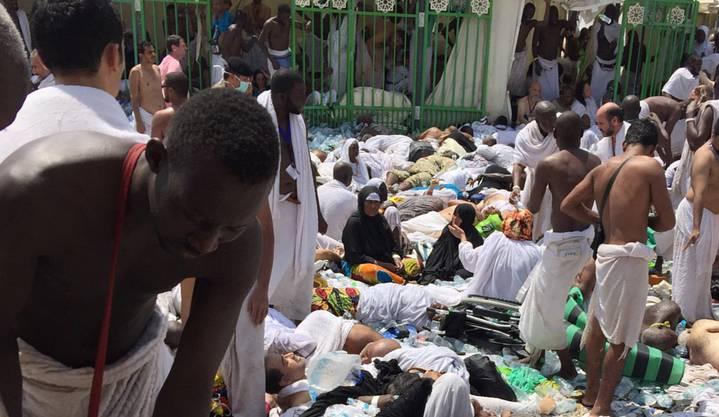 Pilgerer helfen den Opfern, die bei der Massenpanik in Mina nieder getrampelt wurden.