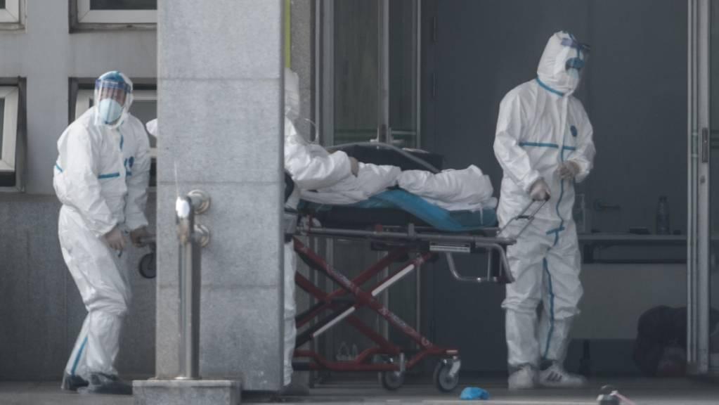 Ein an der mysteriösen Lungenkrankheit erkrankter Patient wird in ein Spital in Wuhan eingeliefert. (Foto: Stringer/EPA Keystone)