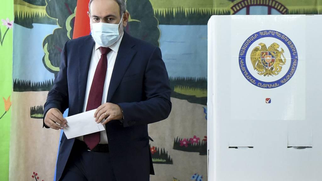 Nikol Paschinjan, Ministerpräsident von Armenien, gibt seine Stimme in einem Wahllokal während der Parlamentswahlen ab. Foto: Lusi Sargsyan/PHOTOLURE/AP/dpa