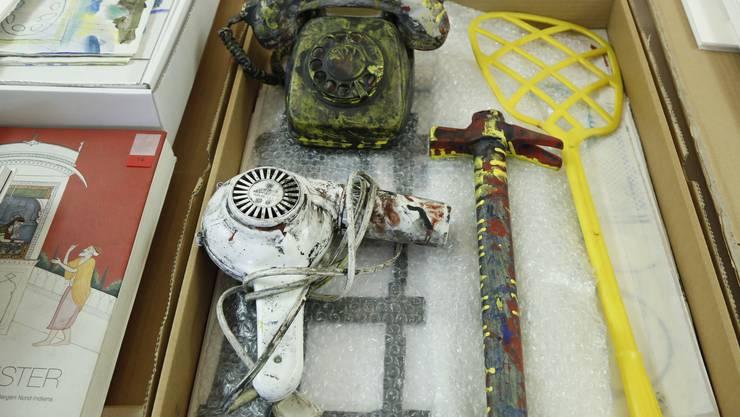 Ein Teil von Jörg Mollets Arbeiten mit Dokumenten und Gegenständen, wie sie heute im Kunsthaus Grenchen zu finden sind.