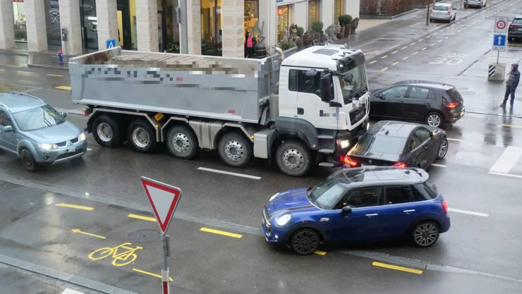 Ein Lastwagen kollidierte im Feierabendverkehr am Montag mit einem BMW. Die beiden stehenden Fahrzeuge auf der Fahrbahn bremsten den Verkehrsfluss und sorgte für weitere brenzlige Situationen.