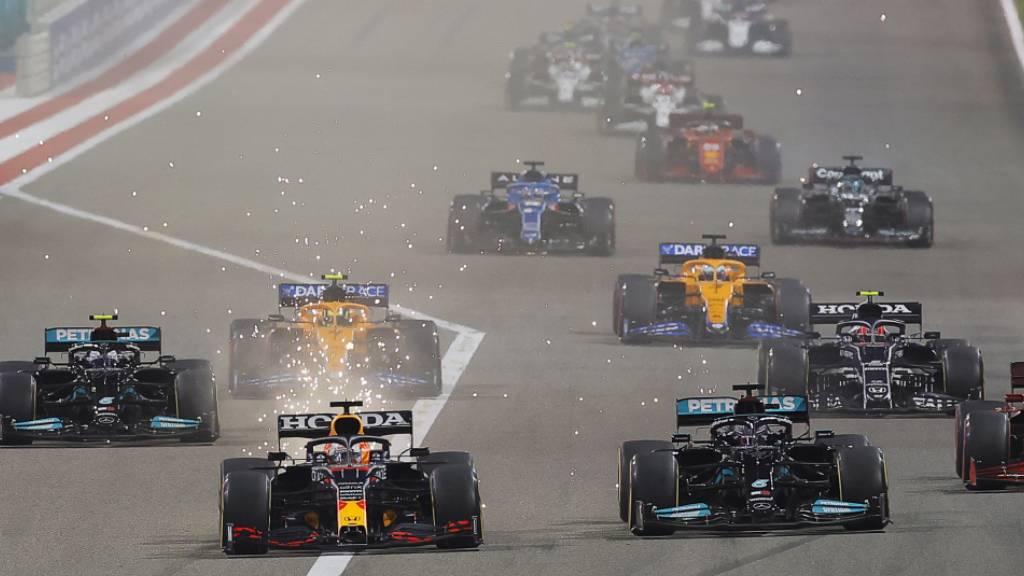Max Verstappen im Red Bull (vorne links) und Lewis Hamilton im Mercedes liefern sich beim Saisonauftakt in Bahrain ein hartes Duell