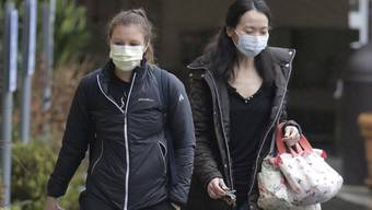 Frauen in Seattle tragen Masken zum Schutz vor dem Corona-Virus.