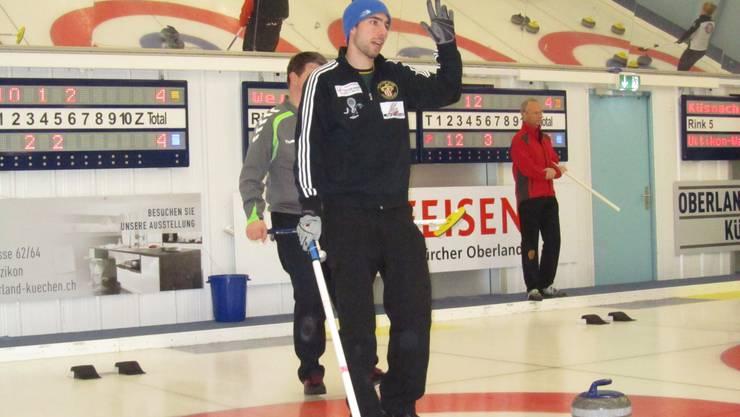 Felix Attinger, der Skip von Dübendorf 1, steht auf dem Eis.