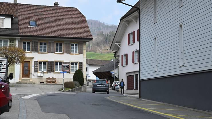 Die Engstelle bei der Liegenschaft Floripac Büttler AG wird behoben, indem die nördliche Hausecke baulich verändert wird. Bruno Kissling