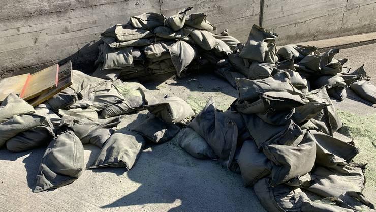 Inmitten dieser Säcke, gefüllt mit 1,3 Tonnen Glassplittergranulat, ist die Bombe mit einer Explosion entschärft worden.