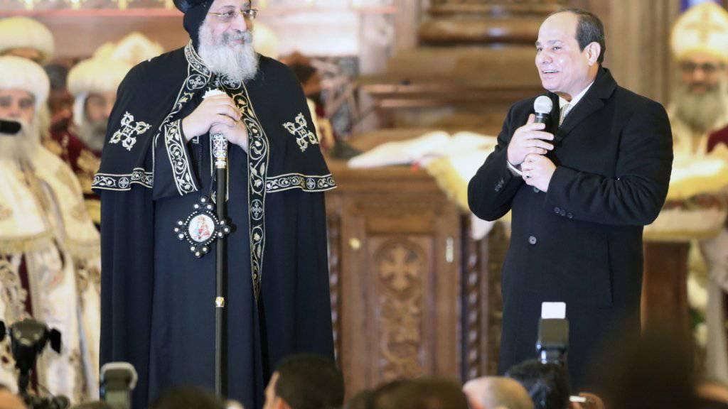 Ägyptens Präsident Abdel Fattah al-Sisi hat eine neue riesige Kathedrale für die christliche Minderheit im Land eröffnet. Der Kopten-Papst Tawadros II. (l) bezeichnete die Eröffnung als beispiellos «in der Geschichte».