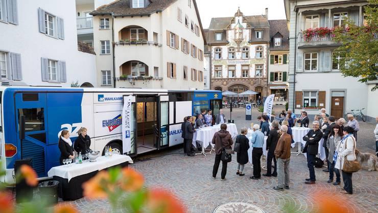 Der az-Wahlkampfbus vor der malerischen Kulisse Rheinfeldens – und mit Kandidaten, die nach Bern wollen