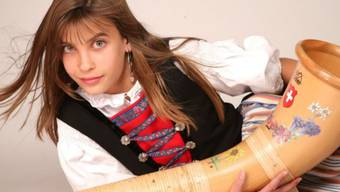 Alphorn-Virtuosin Lisa Stoll gab letzthin ganz ungeplant Konzerte in Neuseeland: Nachdem während eines Sprachaufenthalts Nachbarn dort erfahren hatten, wer sie war, organisierten sie extra ein Alphorn - in Neuseeland bestimmt keine leichte Sache. (Handout)