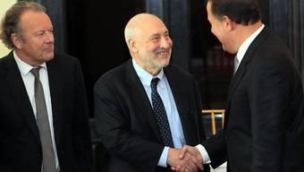Der Schweizer Strafrechtsprofessor Mark Pieth (links) hilft zusammen mit Nobelpreisträger Joseph Stiglitz (Mitte) bei der Revision von Panamas Rechts- und Finanzwesens.