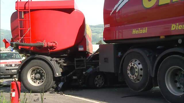 Militärfahrzeug kracht in Lastwagen