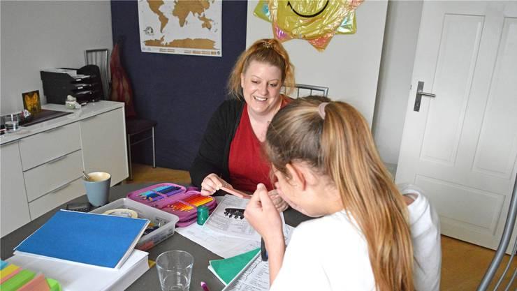 Die Lernstunden mit Tanja Spring verleihen Kiara* mehr Selbstvertrauen.