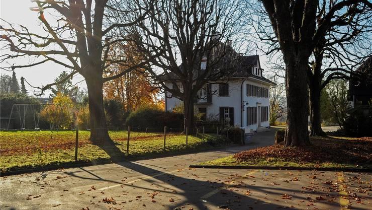 Auf diesem Areal in Arlesheim sollen unbegleitete Flüchtlingskinder ab Februar 2016 wohnen und zur Schule gehen: Im herrschaftlichen Haus mit den grünen Fensterläden finden sich Schlaf- und Aufenthaltsräume, rechts dahinter (auf dem Foto nicht sichtbar) liegen einstöckige Schulbauten.