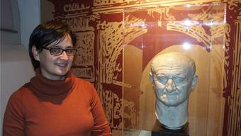 Die Projektleiterin der Ausstellung, Eva Oliveira, neben der Büste des siegreich aus den Kriegswirren hervorgegangenen Kaisers Vespasian.
