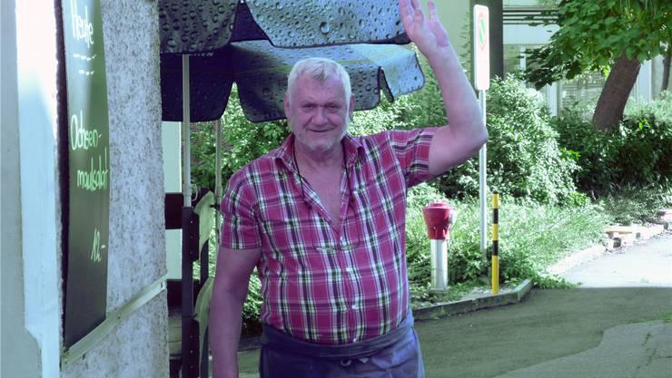 Sagt den Gästen Adieu: Max Tobler vor seinem Restaurant Gärtli an der Centralstrasse.