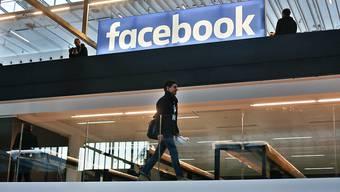 Soziale Netzwerke wie Facebook sollen in Strafverfahren ohne Umwege Daten herausgeben müssen. Diese Forderung stösst auf breite Unterstützung. Welche Regulierung sinnvoll wäre, ist aber umstritten. (Symbolbild)