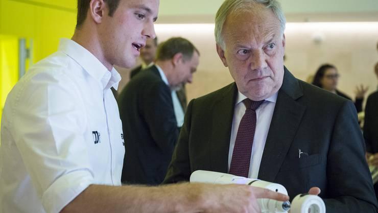 Oliver Kirchhoff, links, Student der ETH Zuerich praesentiert einen von der ETH entwickelten Borer an Bundesrat Johann Schneider-Ammann
