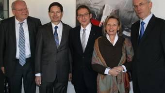 Deutsche Botschafter Peter Gottwald (ganz rechts) war heute Montag zusammen mit seiner Gattin Verena und Botschaftsrat Olaf Iversen (ganz links) im Aargau zu Gast. Die Delegation besuchte zusammen mit Landammann Urs Hofmann (Mitte) die Zehnder Group in Gränichen, wo Firmenchef Hans-Peter Zehnder durch das Unternehmen führte.