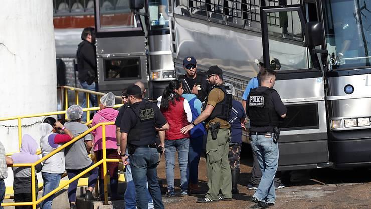 Werden in Handschellen abgeführt: Die US-Behörden nehmen in Morton im US-Staat Mississippi mehrere Mitarbeiterinnen eines Lebensmittelbetriebs wegen illegaler Einwanderung fest.